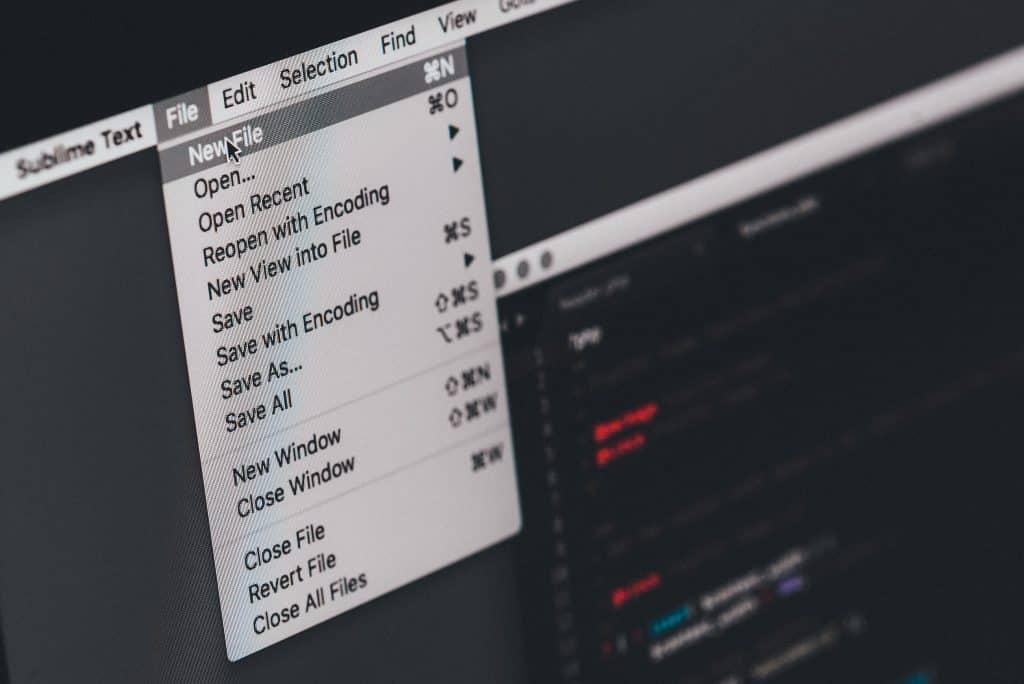 PC Monitor mit Maus über derm Menü der File-Bearbeitungs